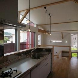 『八幡の家』シンプルナチュラルな住まい (開放的なステンレスキッチン)