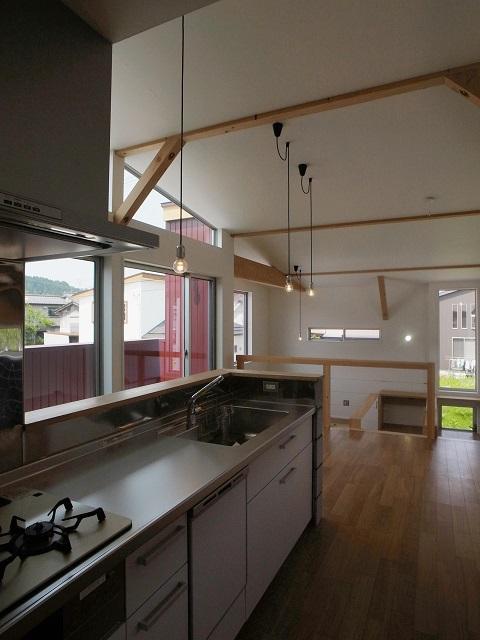 『八幡の家』シンプルナチュラルな住まいの部屋 開放的なステンレスキッチン