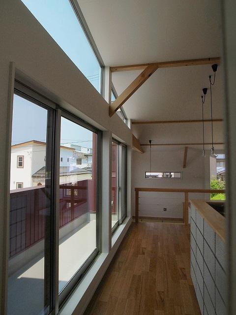 『八幡の家』シンプルナチュラルな住まいの部屋 バルコニー・LDK