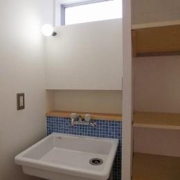 ブルータイルがアクセントの洗面室