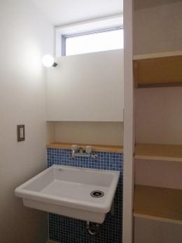 『八幡の家』シンプルナチュラルな住まい (ブルータイルがアクセントの洗面室)