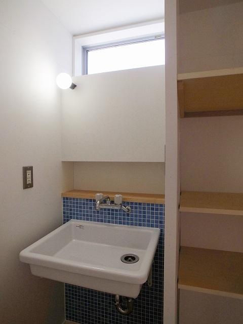 『八幡の家』シンプルナチュラルな住まいの部屋 ブルータイルがアクセントの洗面室