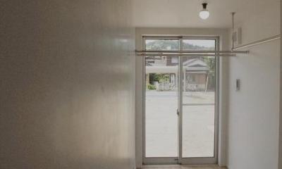 『八幡の家』シンプルナチュラルな住まい (物干し部屋)
