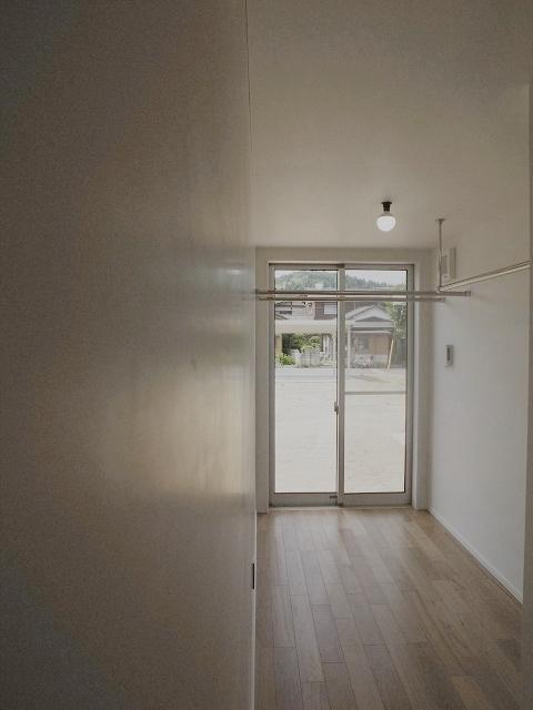 『八幡の家』シンプルナチュラルな住まいの部屋 物干し部屋