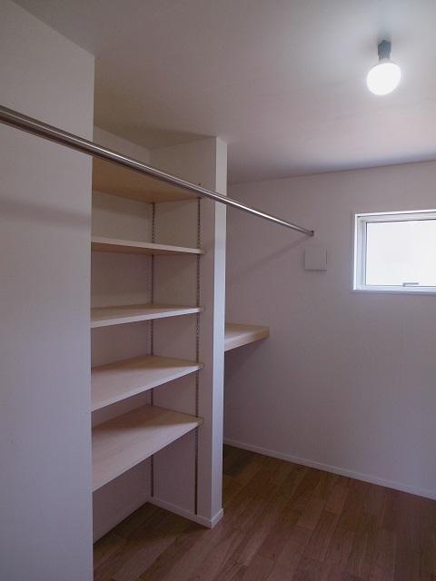 『八幡の家』シンプルナチュラルな住まいの部屋 ウォークインクローゼット