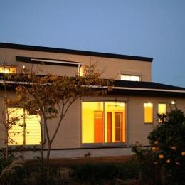 『片流れ屋根の家|H-House』温かみ溢れる住まい (外観夜景-庭側)
