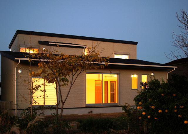『片流れ屋根の家|H-House』温かみ溢れる住まいの部屋 外観夜景-庭側