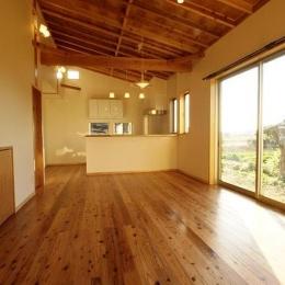 『片流れ屋根の家|H-House』温かみ溢れる住まい (片流れ天井のLDK)