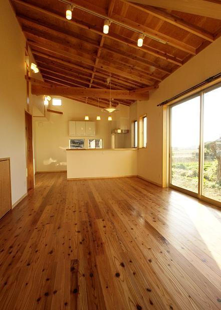 『片流れ屋根の家|H-House』温かみ溢れる住まいの部屋 片流れ天井のLDK