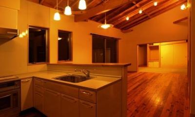 暖かな色味の照明が照らすLDK|『片流れ屋根の家|H-House』温かみ溢れる住まい