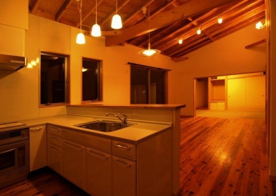 『片流れ屋根の家|H-House』温かみ溢れる住まい (暖かな色味の照明が照らすLDK)