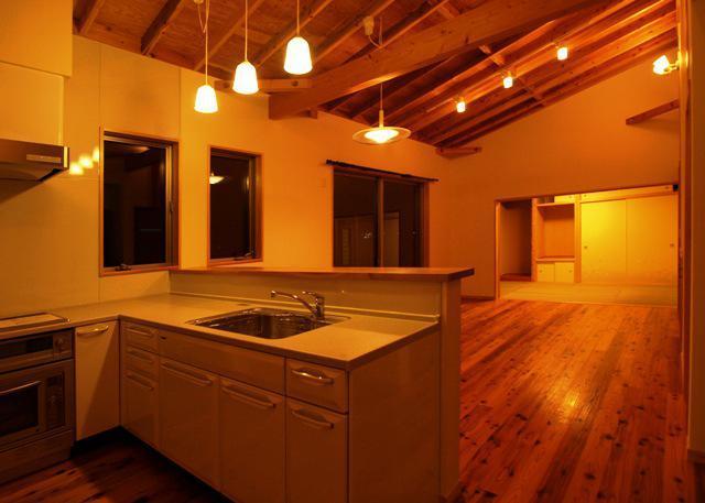 『片流れ屋根の家|H-House』温かみ溢れる住まいの部屋 暖かな色味の照明が照らすLDK