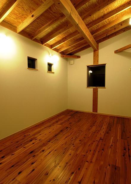 『片流れ屋根の家|H-House』温かみ溢れる住まいの写真 片流れ天井の洋室