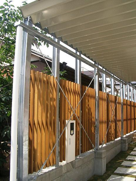 『ハコノイエ2|ニンゲンノネドコ』の部屋 縦のウッドフェンス
