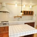 白いタイル張りのこだわりキッチン