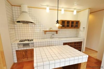 """『こだわりキッチンの家』""""大人""""と""""可愛い""""が散りばめられた住まい (白いタイル張りのこだわりキッチン)"""