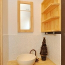 """『こだわりキッチンの家』""""大人""""と""""可愛い""""が散りばめられた住まいの写真 タイル張りの可愛い洗面スペース"""