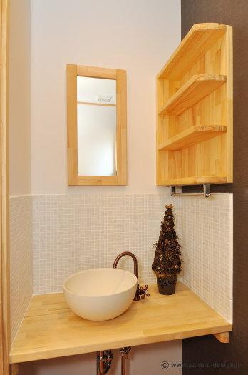 """『こだわりキッチンの家』""""大人""""と""""可愛い""""が散りばめられた住まいの部屋 タイル張りの可愛い洗面スペース"""