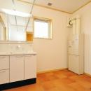 """『こだわりキッチンの家』""""大人""""と""""可愛い""""が散りばめられた住まいの写真 開放的な洗面所"""