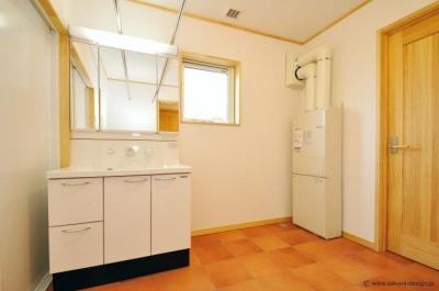 """開放的な洗面所 (『こだわりキッチンの家』""""大人""""と""""可愛い""""が散りばめられた住まい)"""