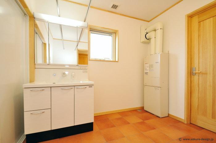 """『こだわりキッチンの家』""""大人""""と""""可愛い""""が散りばめられた住まいの部屋 開放的な洗面所"""