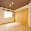 ブラウン天井のナチュラルベッドルーム