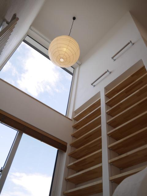『コダマノイエ 』家族をつなぐ柔らかな風合いの住まいの写真 書斎スペースの吹き抜け部分
