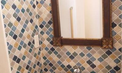 オリエンタルな1階手洗いスペース|『コダマノイエ 』家族をつなぐ柔らかな風合いの住まい