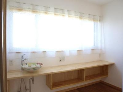『コダマノイエ 』家族をつなぐ柔らかな風合いの住まい (2階手洗いスペース-可愛い手洗い器)