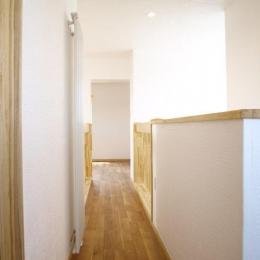 『コダマノイエ 』家族をつなぐ柔らかな風合いの住まい (光溢れる2階廊下)