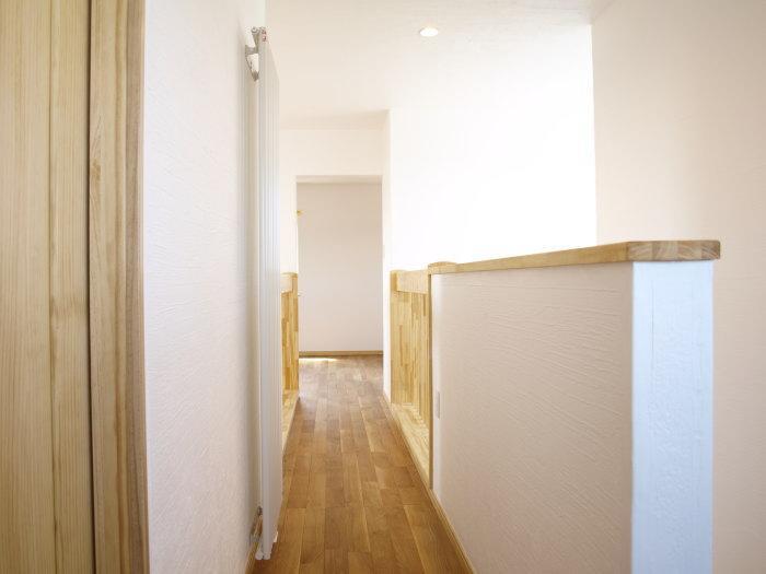 『コダマノイエ 』家族をつなぐ柔らかな風合いの住まいの写真 光溢れる2階廊下