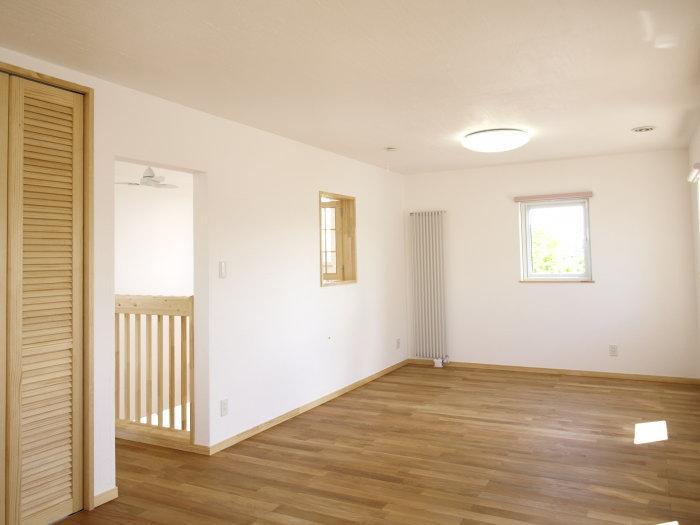 『コダマノイエ 』家族をつなぐ柔らかな風合いの住まいの写真 シンプルナチュラルな洋室-1