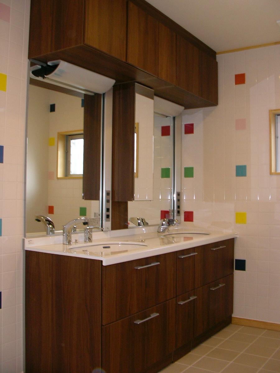 『一宮市U様邸』家族の絆を育てる住まいの写真 カラータイルがアクセントの洗面所