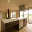 『御宿の家A邸』家族と共に時を刻む住まいの写真 LDKを見渡せるアイランドキッチン