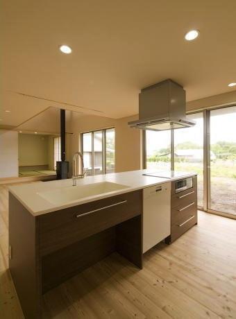 『御宿の家A邸』家族と共に時を刻む住まいの部屋 LDKを見渡せるアイランドキッチン