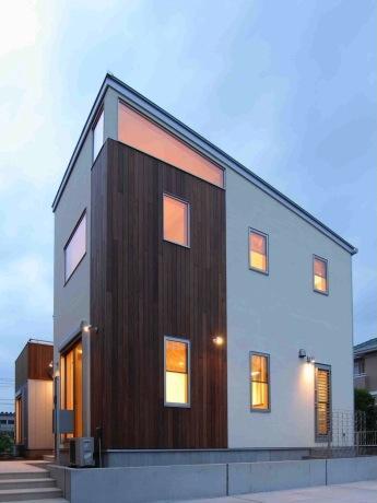 『今沢の家』自然素材のナチュラルな住まいの部屋 スタイリッシュな外観-夕景