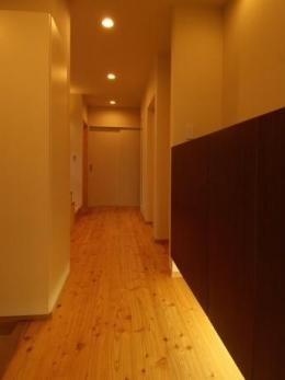 『今沢の家』自然素材のナチュラルな住まい (玄関から廊下を見る)
