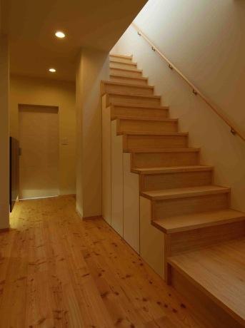 『今沢の家』自然素材のナチュラルな住まいの写真 廊下・階段