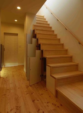 『今沢の家』自然素材のナチュラルな住まいの写真 廊下・階段下収納