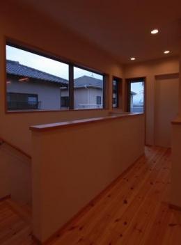 『今沢の家』自然素材のナチュラルな住まい (大きな窓を設けた2階ホール)