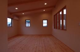 『今沢の家』自然素材のナチュラルな住まい (片流れ天井の寝室)