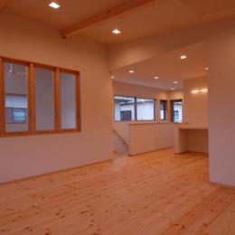 『今沢の家』自然素材のナチュラルな住まい (寝室より階段側を見る)