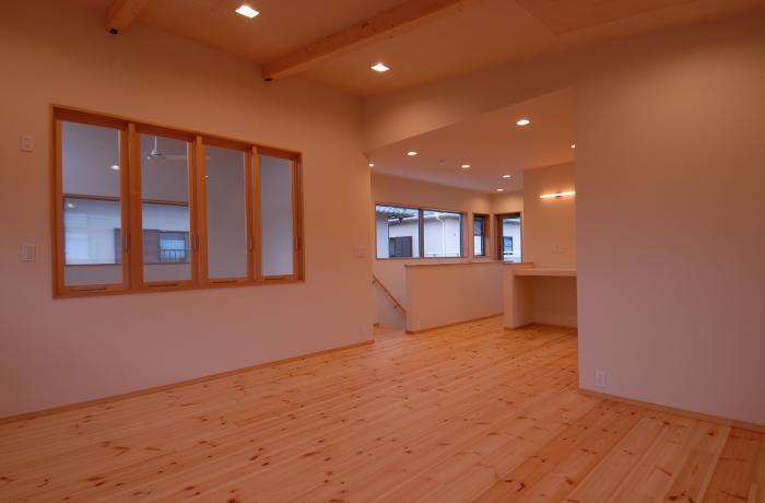 『今沢の家』自然素材のナチュラルな住まいの写真 寝室より階段側を見る