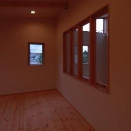 『今沢の家』自然素材のナチュラルな住まい (寝室からLDKを見下ろせる室内窓)
