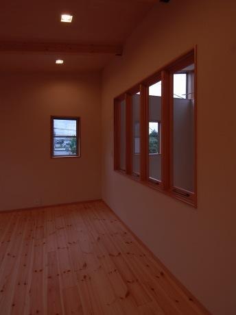 『今沢の家』自然素材のナチュラルな住まいの部屋 寝室からLDKを見下ろせる室内窓