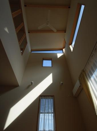 『今沢の家』自然素材のナチュラルな住まいの部屋 吹き抜けを見上げる