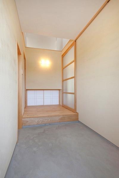 『ママ・サポート・ハウス』の部屋 玄関ホール-モルタル仕上げの土間