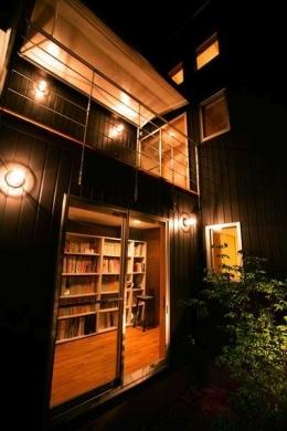 『間口2間の家』 (1階渡り廊下・2階デッキ-1)