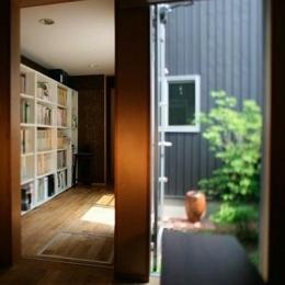 『間口2間の家』 (壁一面本棚の渡り廊下)