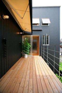『間口2間の家』 (可動オーニング屋根の2階デッキ)